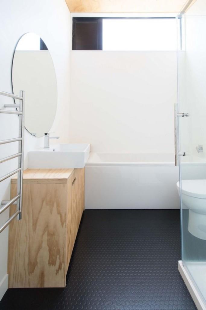 Черный пол в ванной с небольшим окном