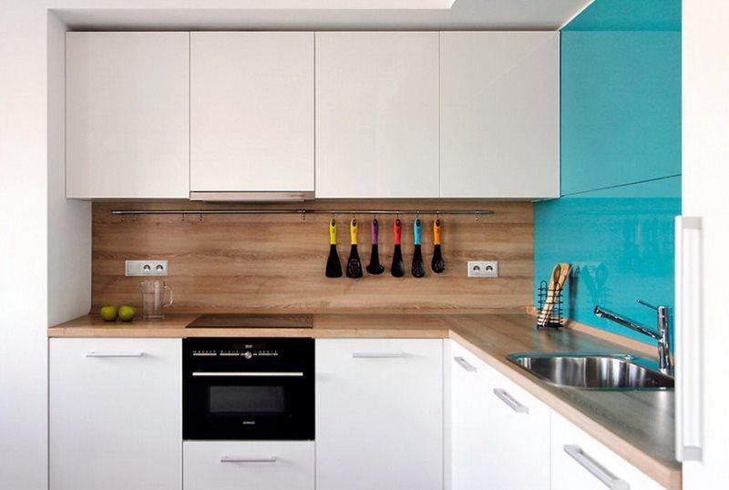 Отделка фартука панелями в угловой кухне
