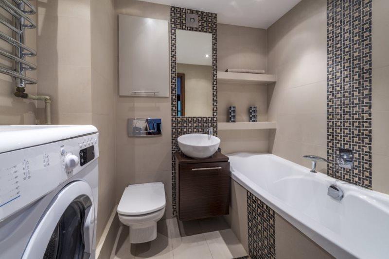 Встроенные полочки в маленькой ванной