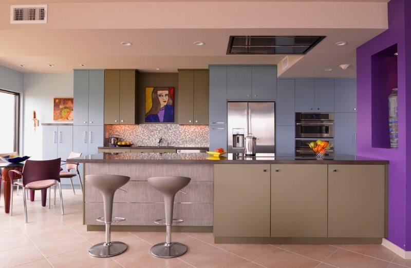 Современная кухня с крашенным потолком
