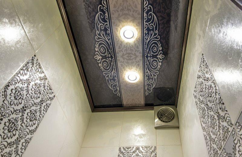 Красивый потолок небольшого туалета