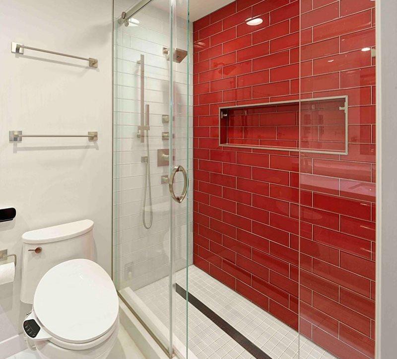 Красная керамическая плитка на стене душевой кабины