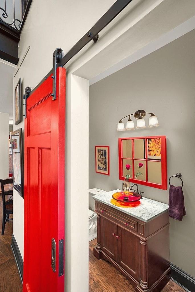 Красное полотно раздвижной двери в ванной комнате