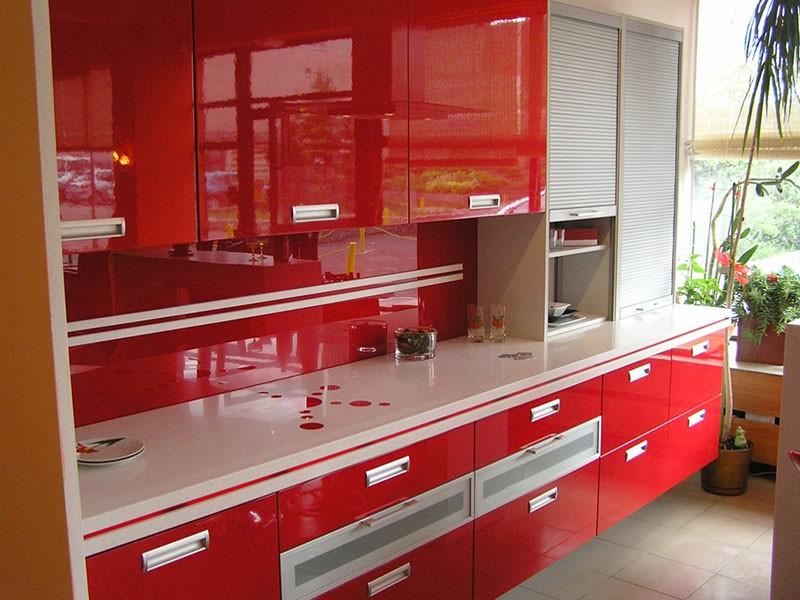 Красный фартук из стеклянной панели