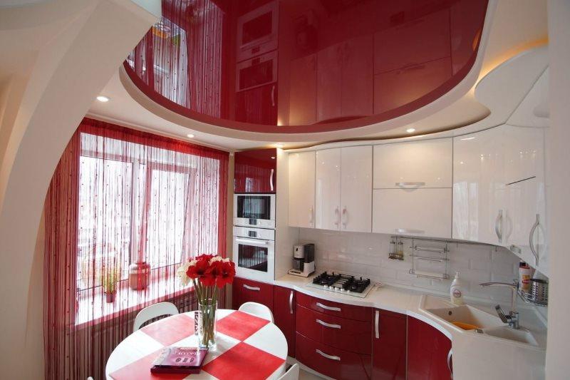 Красный натяжной потолок в современной кухне