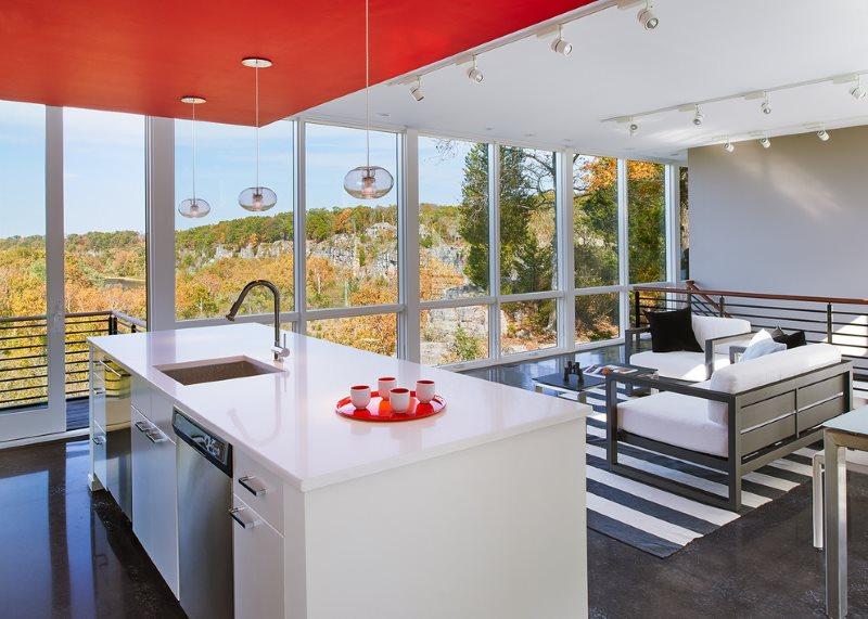 Зонирование кухни-гостиной красным потолком