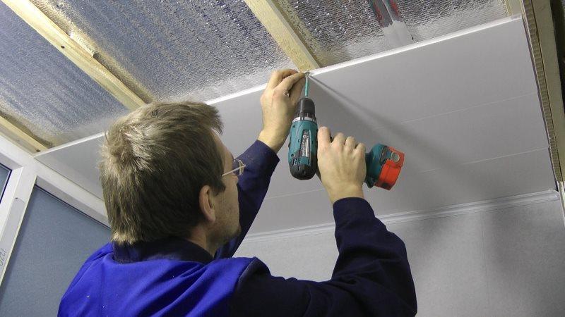Закрепление ПВХ-панелей на потолке в санузле