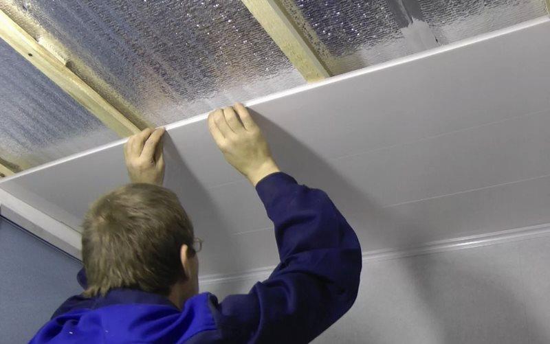 Подгонка пластиковых панелей при монтаже бесшовного потолка