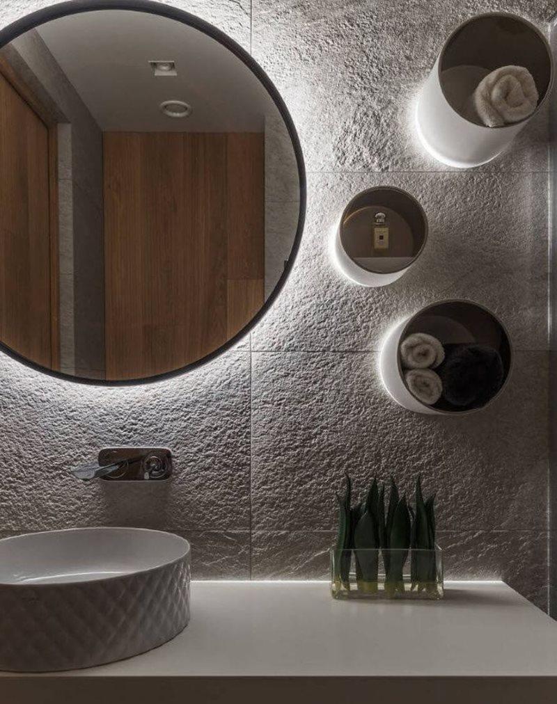 Оригинальные полочки на стене рядом с зеркалом