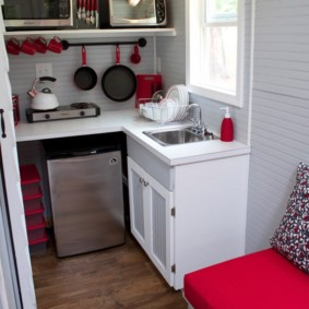 Компактная кухня с мойкой у окна
