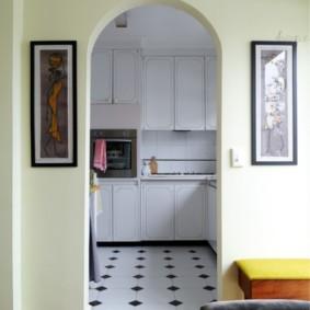 Арка в дверном проеме между кухней и гостиной