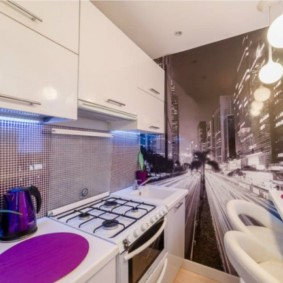 Фотообои на стене узкой кухни