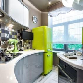 Яркий холодильник возле кухонного окна