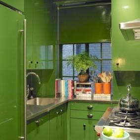 Зеленая кухня п-образной планировки