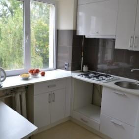 Серый фартук в кухне с белым гарнитуром