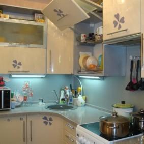 Однотонный фартук на кухне в современном стиле
