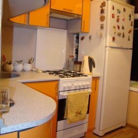 Оранжевые фасады кухонной мебели