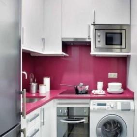Розовый фартук на кухне со стиральной машинкой