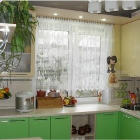 Полупрозрачный тюль на кухонном окне