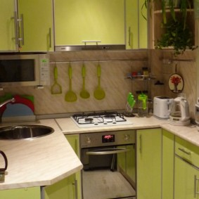 П-образный гарнитур в маленькой кухне