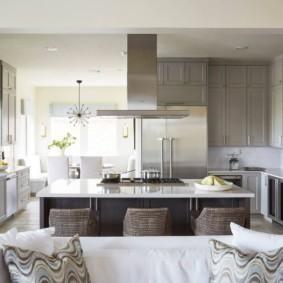 Дизайн кухни-гостиной с серой мебелью