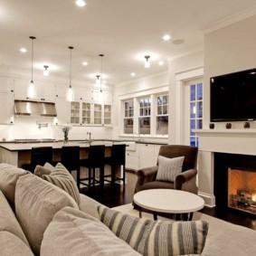 Яркие светильники на белом потолке