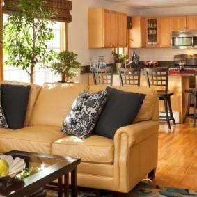 Классический диван с кожаной обивкой