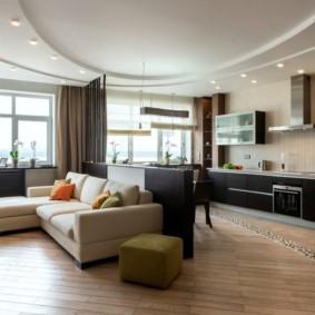 Угловой диван в центре кухни-гостиной