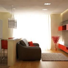 Яркий свет из окна кухни-гостиной