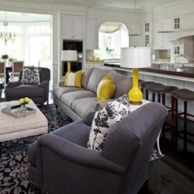 Серая обивка кресла в гостиной частного дома
