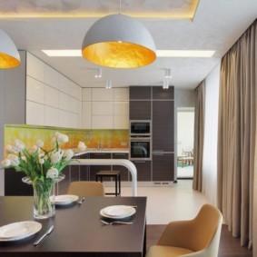 Большие светильники над кухонным столом