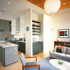 Полки в нише стены кухни-гостиной