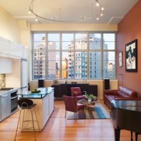 Кожаный диван в кухне-гостиной городской квартиры