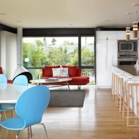Голубая спинка кухонного стула