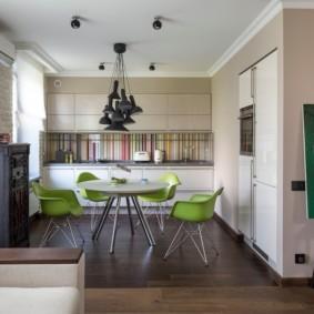 Зеленые стулья вокруг обеденного стола