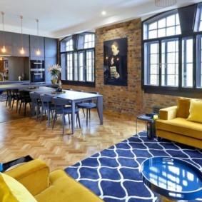 Синий ковер в комнате с двумя диванами