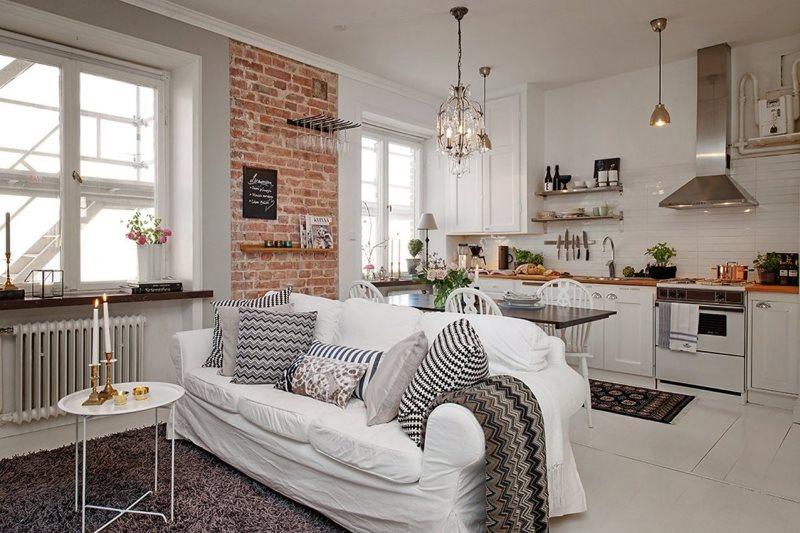 Белый диван в кухне-гостиной скандинавского стиля