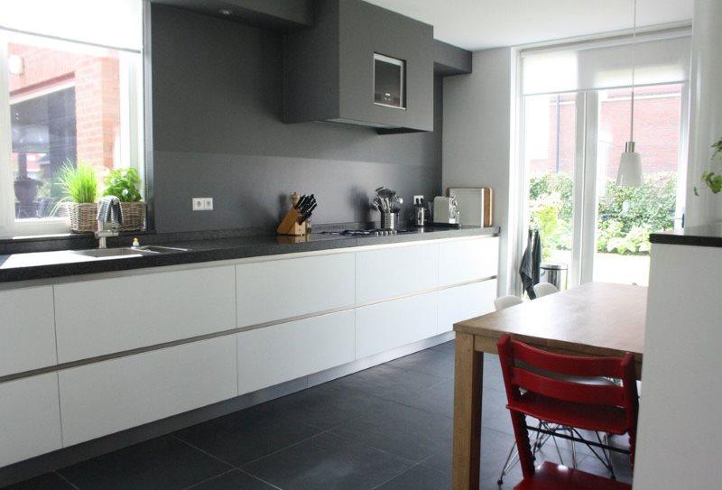 Серые стены кухни без подвесных шкафов