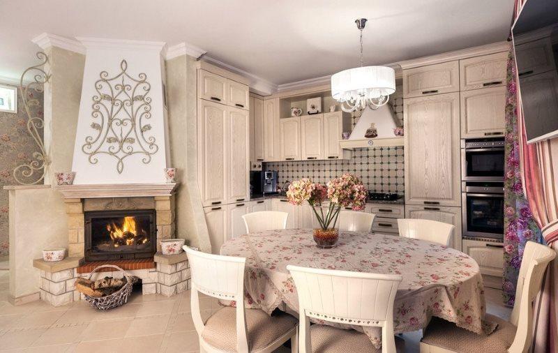 Интерьер кухни-гостиной в стиле прованс с камином