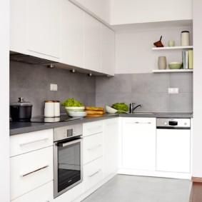 Белая кухня с серым фартуком