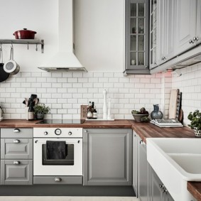 кухня с кирпичной стеной виды