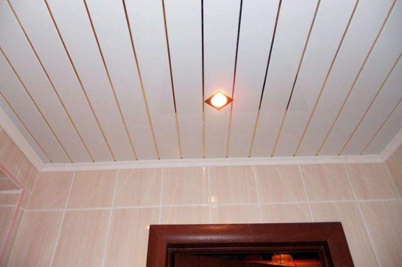 Квадратный светильник на пластиковом потолке