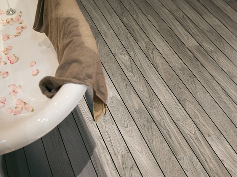 Ламинированный пол в ванной частного дома