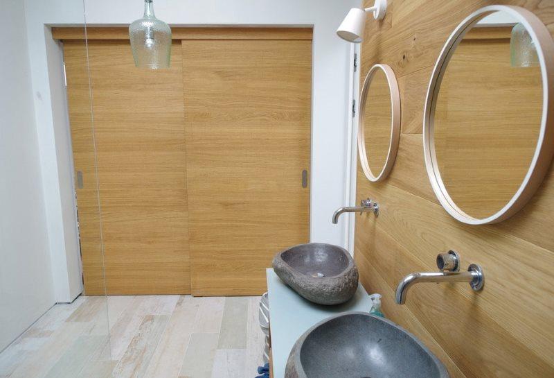 Два умывальника в ванной с раздвижными дверями