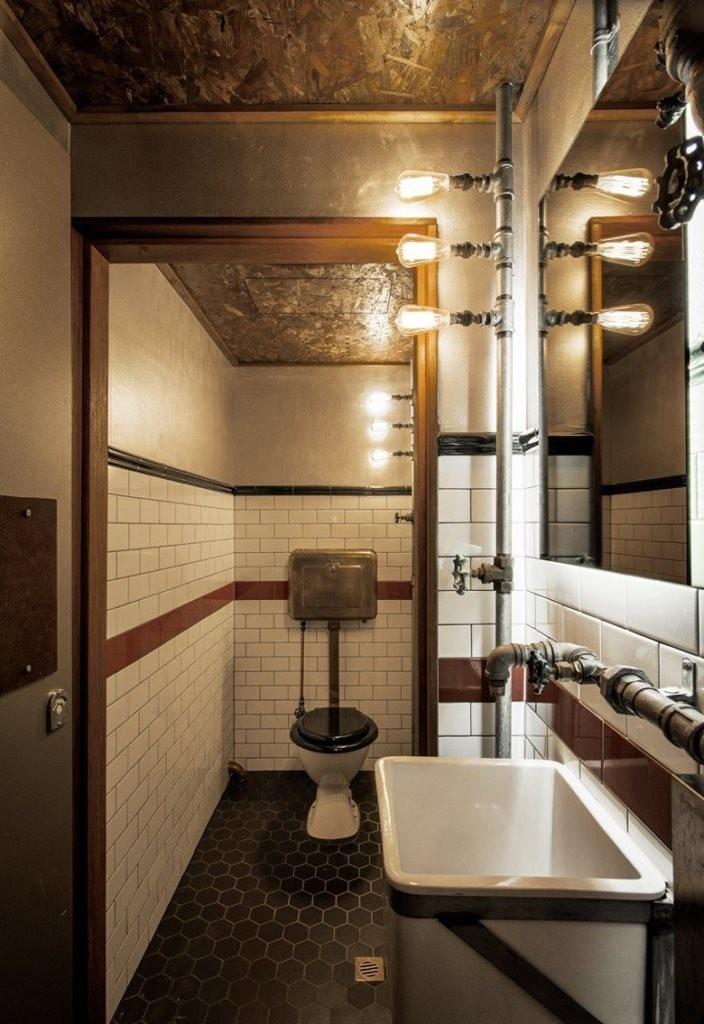 Лампочки на металлических трубах в туалете стиля лофт