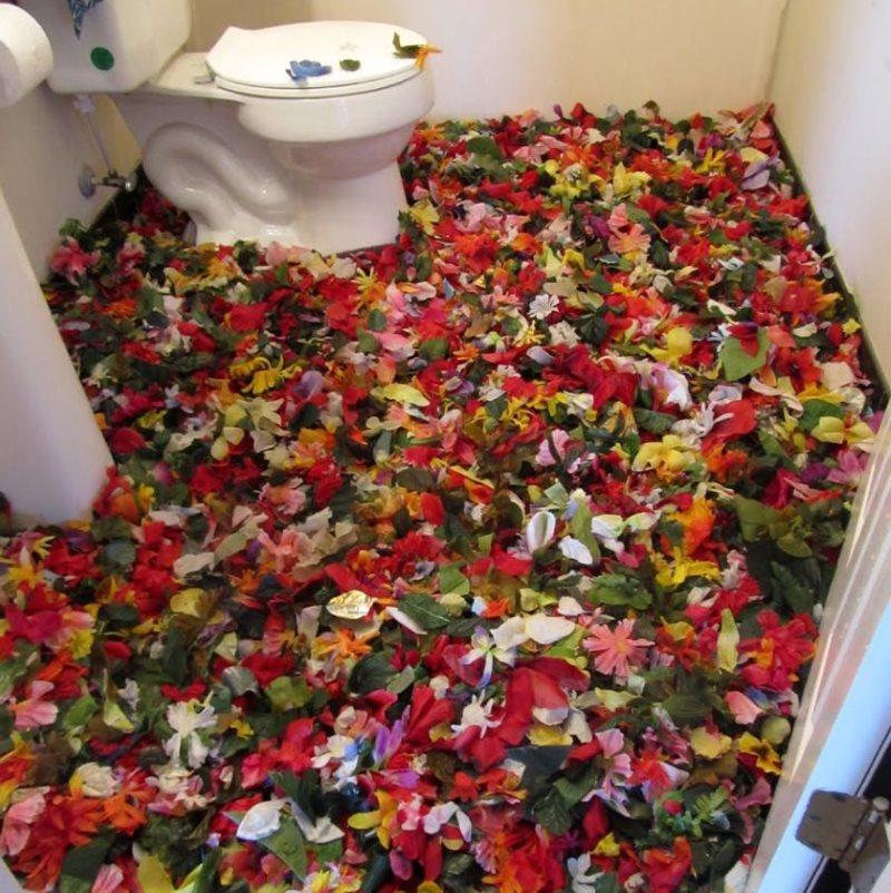 Изображение лепестков цветов на полу в туалете