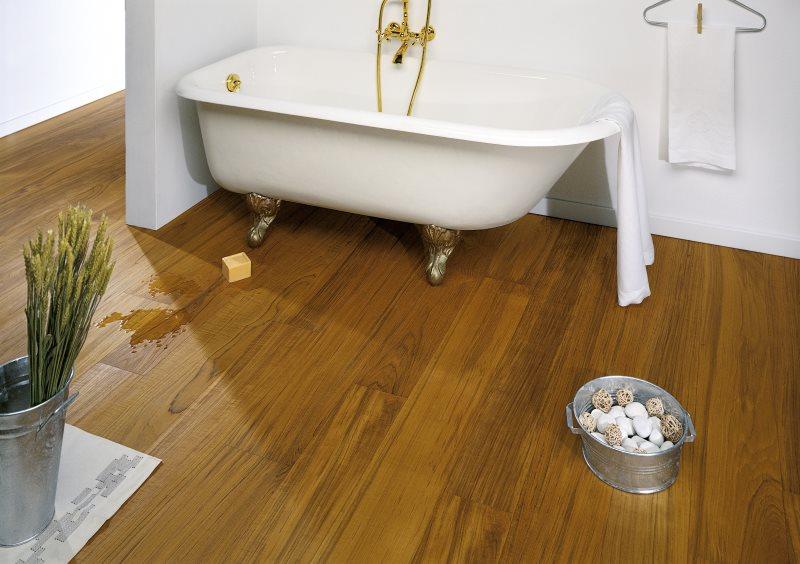 Линолеум под дерево на полу в ванной комнате