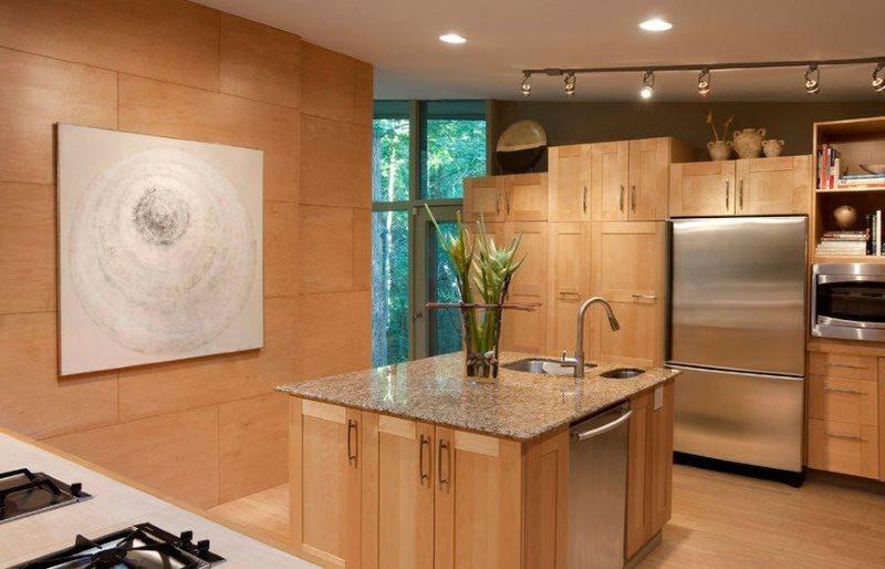 Отделка стен кухни листовыми панелями под дерево