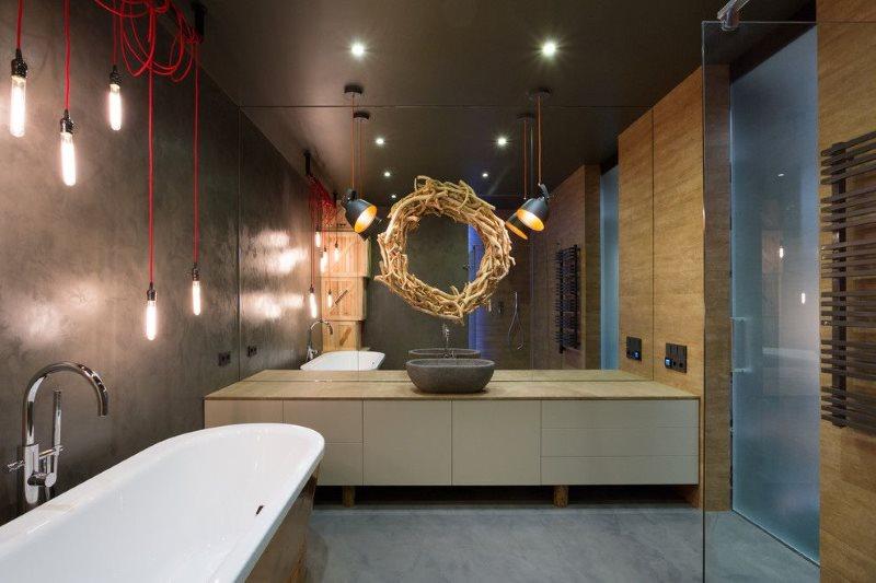 Венок на зеркальной стене совмещенной ванной комнаты
