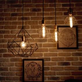 Винтажные светильники на фоне кирпичной стены